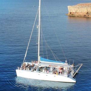 Navegando Catamarán de gran capacidad Alquiler en Ibiza